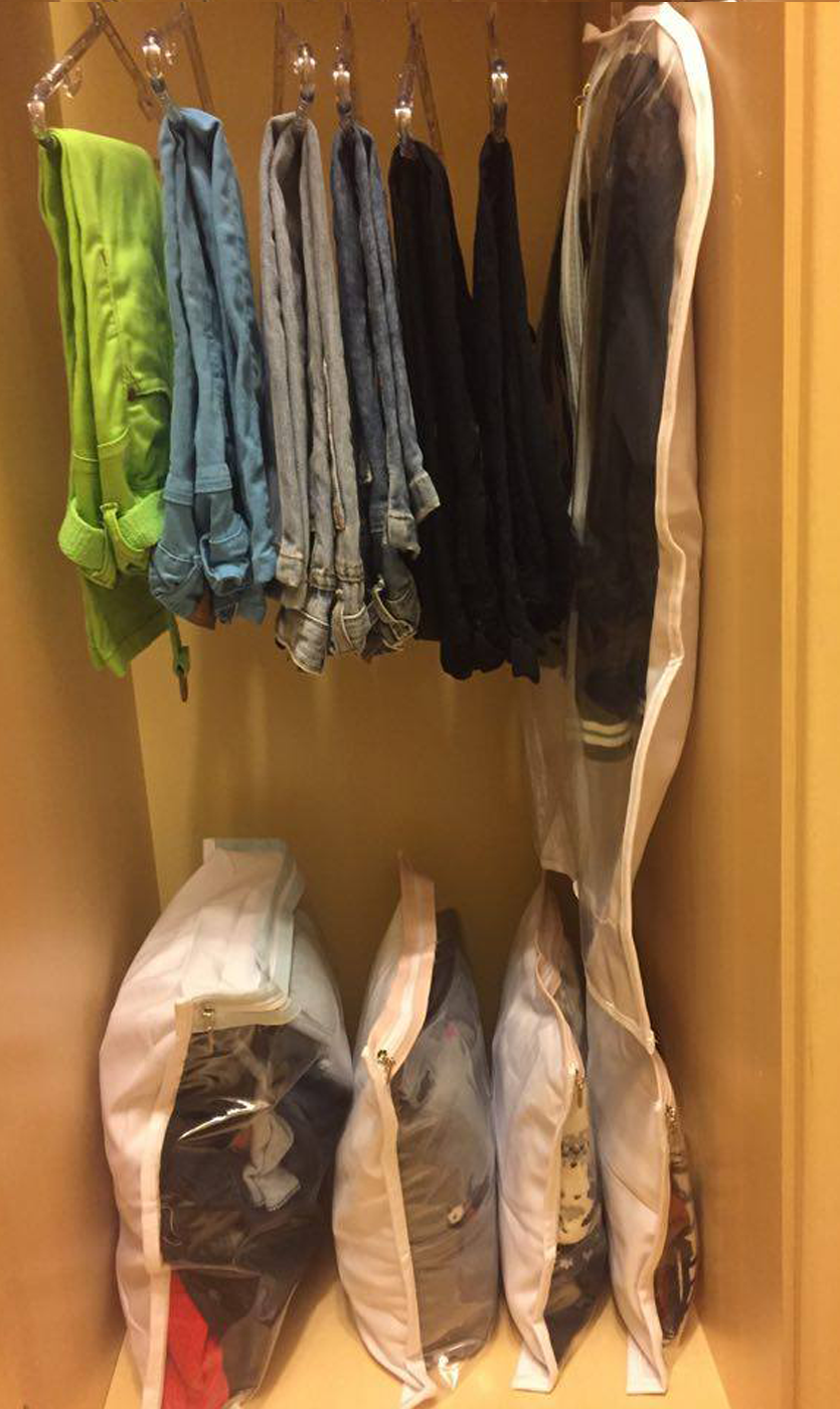 3º - Cabides em acrílico - excelentes para padronizar tudo dentro do closet. Use os infantis para calças. 4º Sacos e capas de TNT -Deixam o tecido respirar e são transparentes. Guarde lingeries, ternos, vestidos de festas e peças delicadas que não são muito usadas no dia a dia.