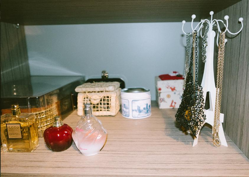 Antes, estava tudo jogado. Agora cada coisa tem seu lar. Inbox transparente para cintos, caixa para anéis, lata para pulseiras e os colares mais usados penduradinhos... Os perfumes que antes ficavam no banheiro, o que é péssimo, vieram para dentro do armário