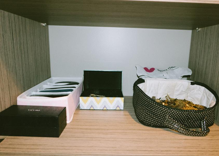 Nichos para óculos, caixa para brincos e um lar para os colares. Ainda estou pensando como pendurá-los de um jeito mais prático.