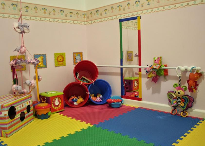 Tapete em EVA, cestos organizando brinquedos e barras nas paredes.