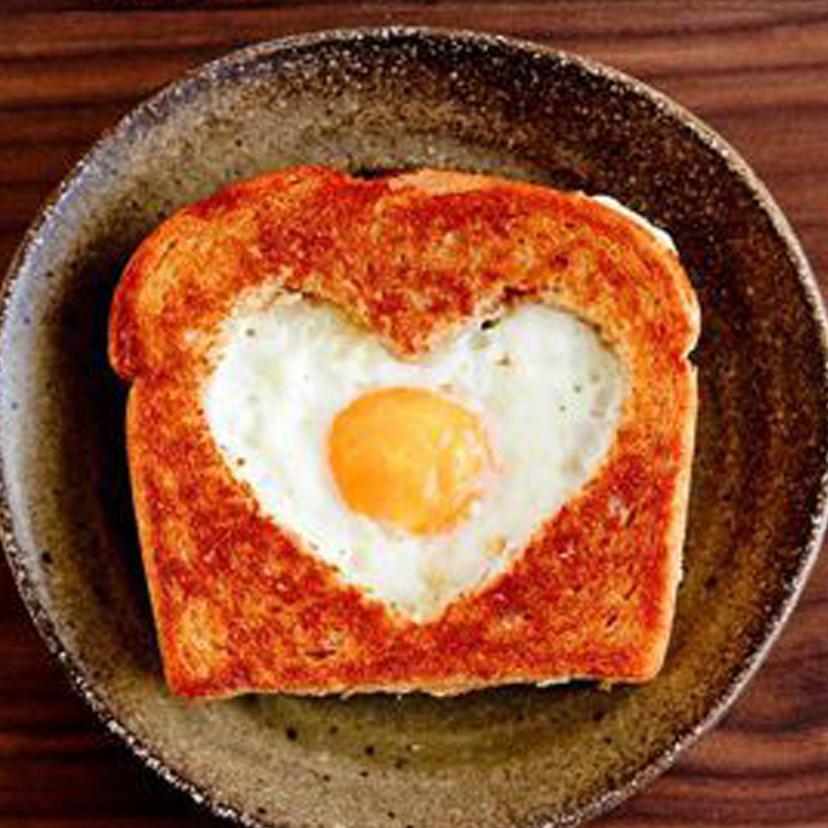 Torrada com ovo frito em formato de coração. Muito amor <3