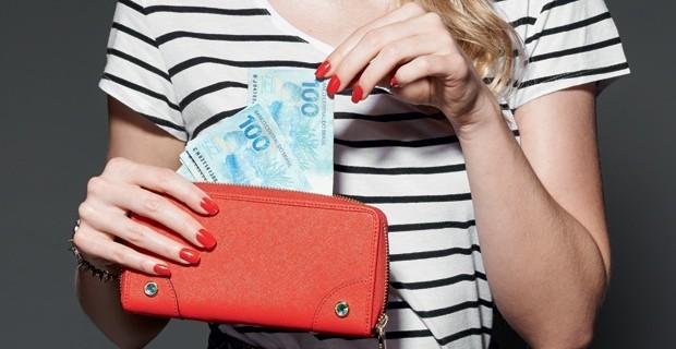 mulher-dinheiro-carteira-economizar-carreira-trabalho-68678-620x320